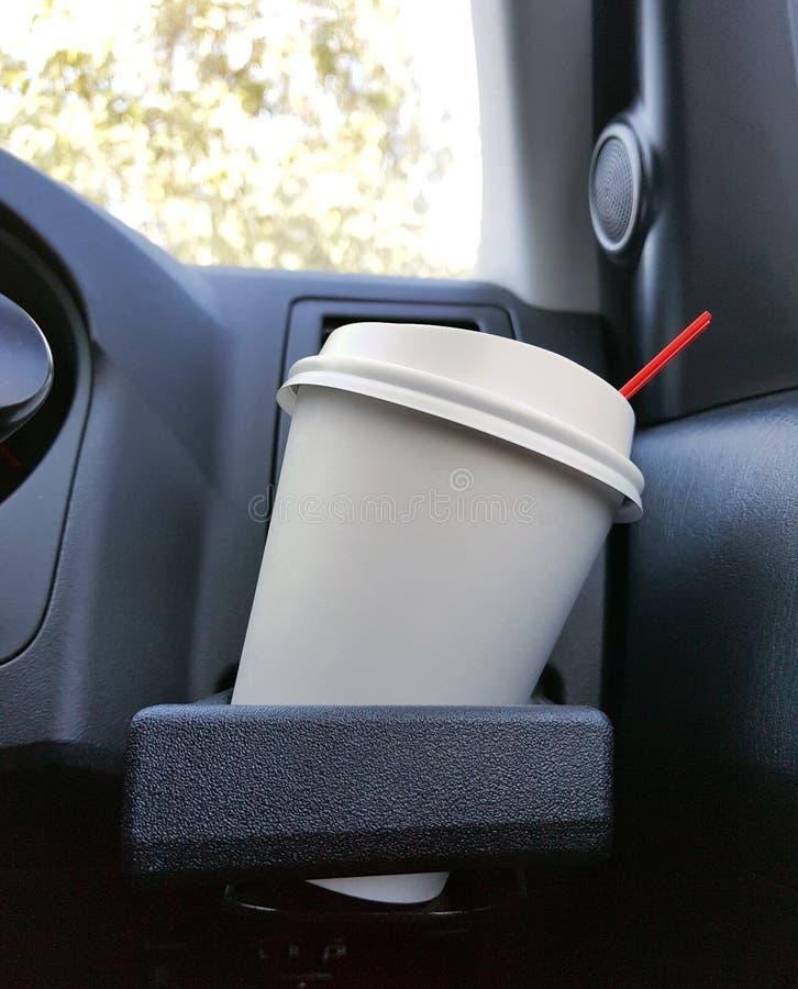 Nehmen Sie Schale gefrorenen Kaffee weg, der auf eine vordere Konsole eines Autos gesetzt wird stockfotos