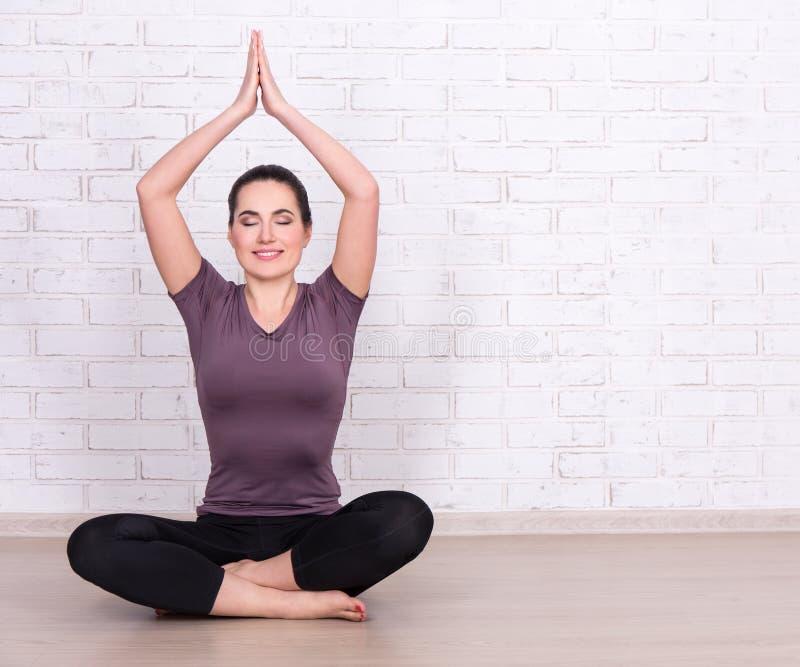 Nehmen Sie sportliche Frau und Raum über weißer Backsteinmauer ab lizenzfreie stockbilder