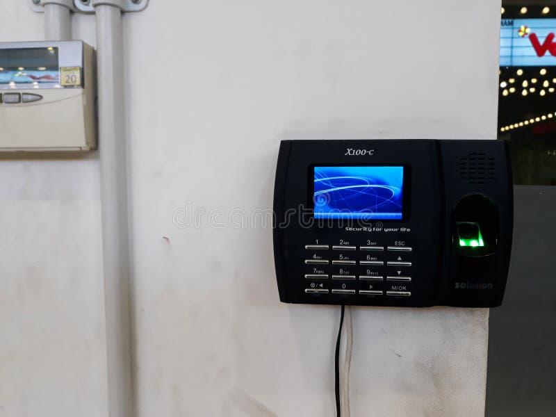 Nehmen Sie von Scanner auf Wand für freisetzen Türsicherheitssystem Fingerabdrücke lizenzfreie stockbilder