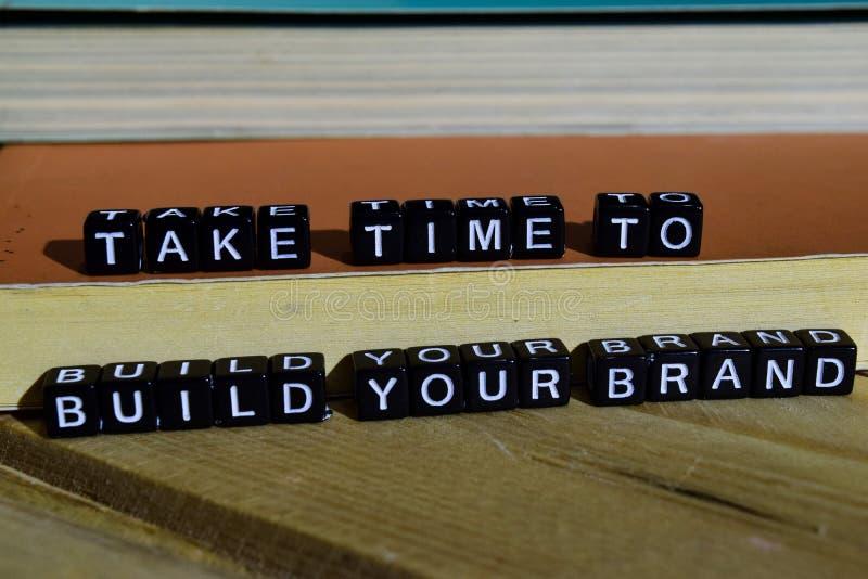 Nehmen Sie Zeit, Ihre Marke auf Holzklötzen aufzubauen Motivations- und Inspirationskonzept lizenzfreies stockbild
