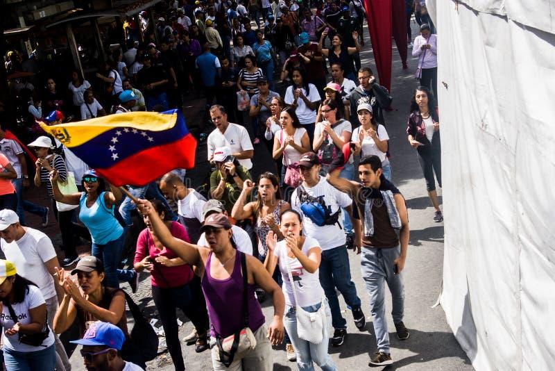 23-01-2019 nehmen venezolanische Protestanten zu den Straßen, um ihre Unzufriedenheit an der illegitimen Übernahme von Nicolas Ma lizenzfreies stockbild