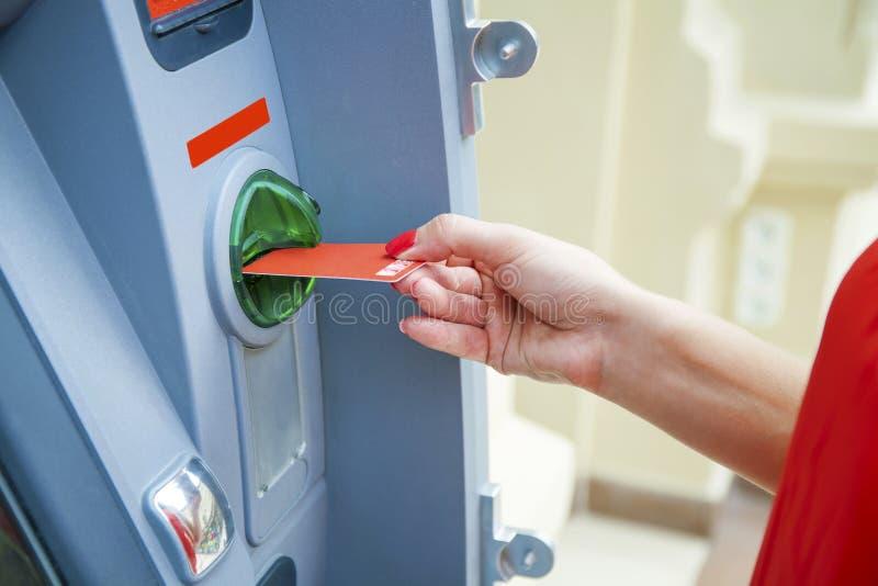 Nehmenbargeld vom ATM lizenzfreie stockfotografie