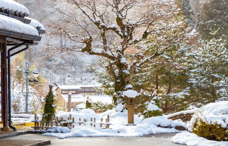 Neige, arbre, maison, jardin photos stock