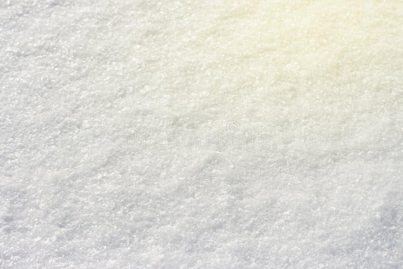 Neige blanche brillant au soleil le fond naturel de texture en gros plan, modifié la tonalité photographie stock libre de droits