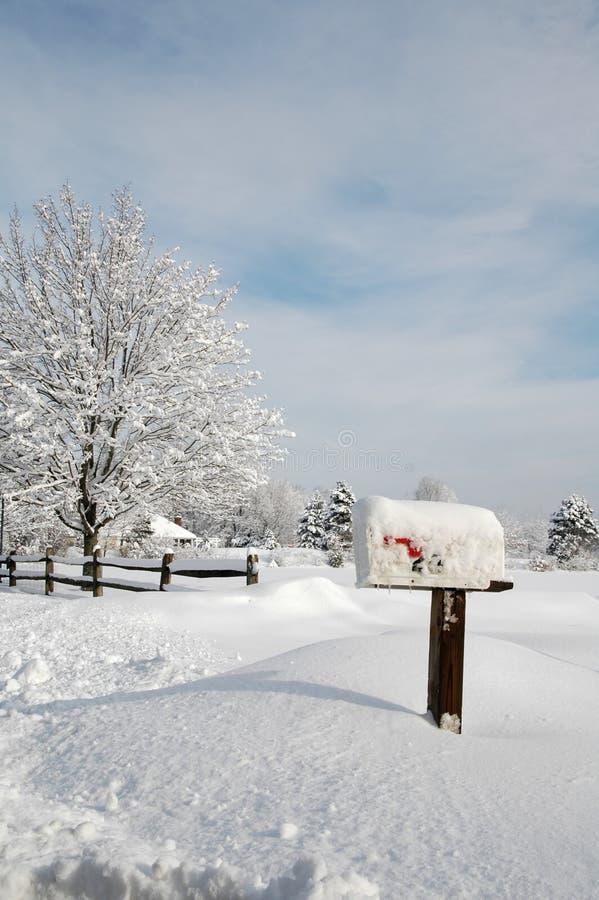 neige couverte de boîte aux lettres photo stock