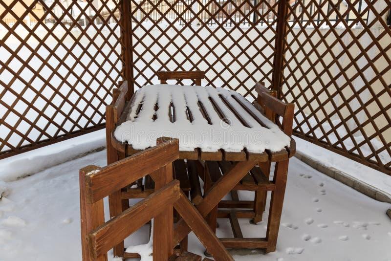 Une Neige A Couvert La Chaise Dans Un Jardin D\'arrière-cour ...
