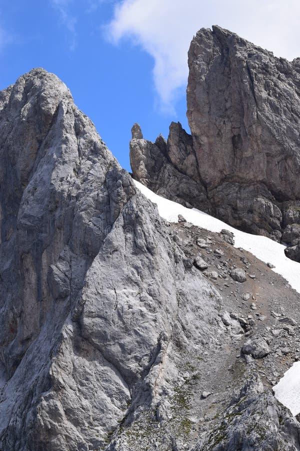 Neige-dégel entre deux montagnes photographie stock libre de droits