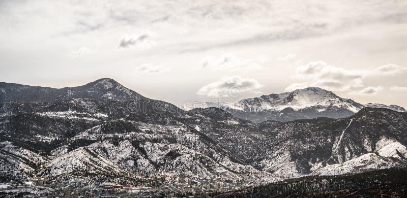 Neige d'hiver du Colorado sur la gamme de montagne maximale de brochets images stock