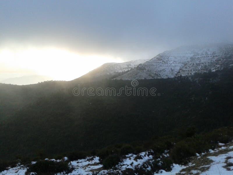 Neige d'hiver sur la montagne images stock