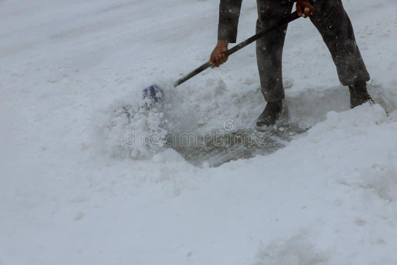 Neige de champ de travailleurs de la route en hiver, route de nettoyage de tempête de neige photographie stock