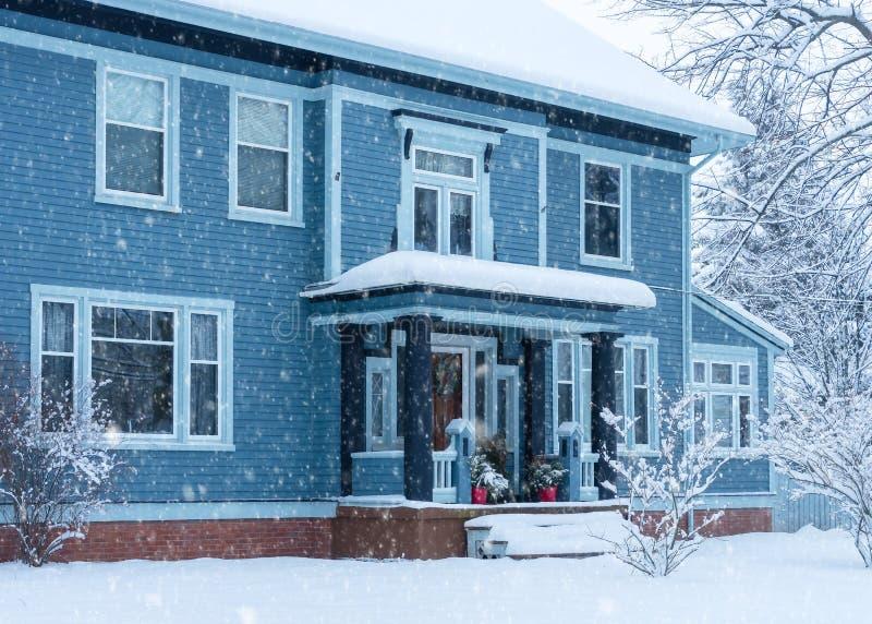 Neige de Faling sur une maison traditionnelle photos stock