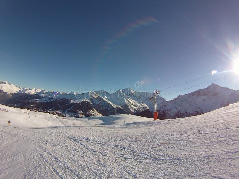 Neige de montagnes de ski image libre de droits
