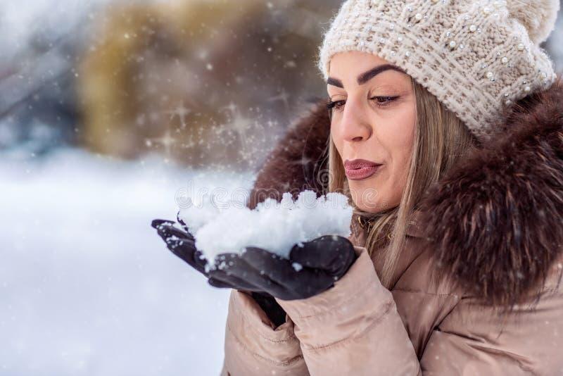Neige de soufflement - belle fille soufflant la neige magique Rois mages de Noël images libres de droits