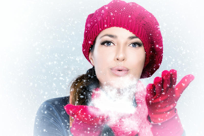 Neige de soufflement de femme d'hiver de beauté photos stock