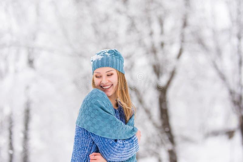 Neige de soufflement de fille de l'hiver Beauté Girl modèle adolescent joyeux ayant l'amusement dans le parc d'hiver images stock
