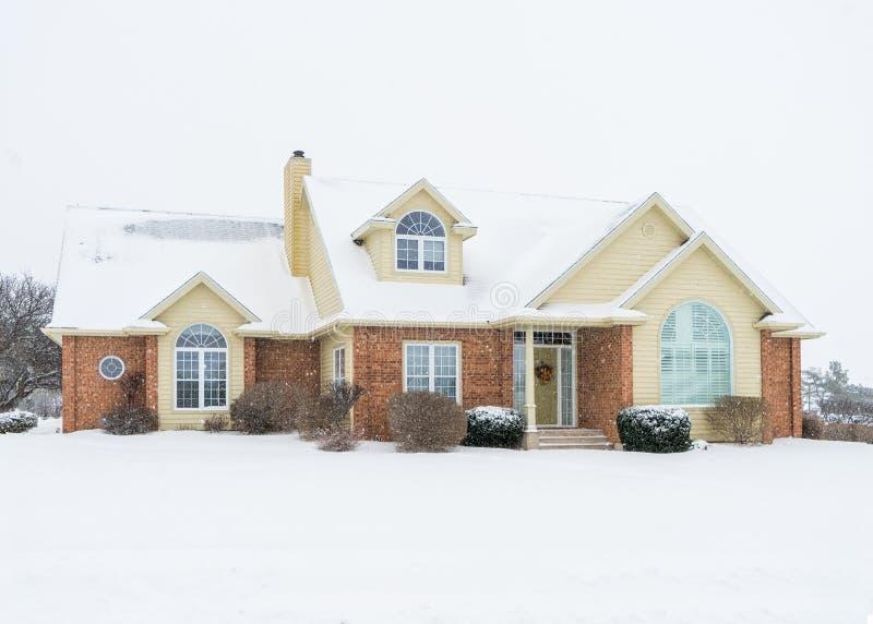 Neige en baisse sur une maison nord-américaine moderne images stock