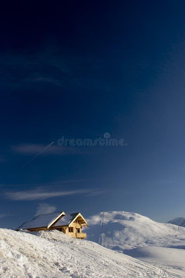 Download Neige et ciel image stock. Image du chalet, boîtier, footprint - 88755