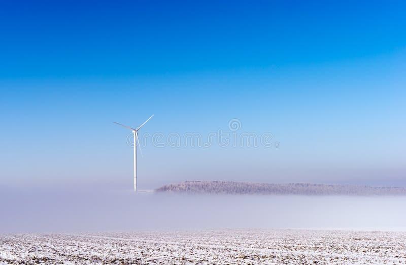 Neige et ciel bleu avec les nuages et le bâton photo libre de droits