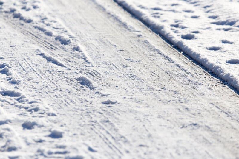 Neige et glace sur la route image libre de droits