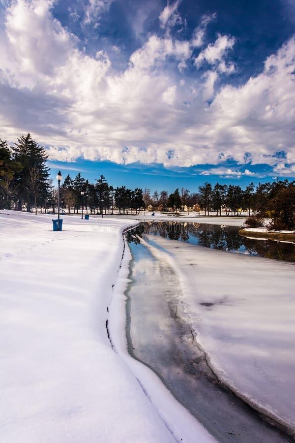 Neige et glace sur le lac kiwanis, à York, la Pennsylvanie photographie stock libre de droits