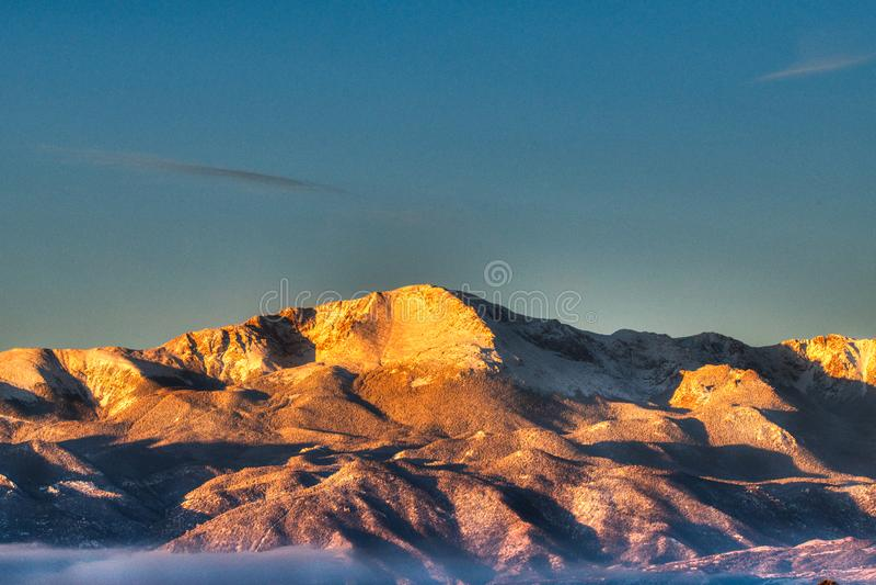 Neige et lever de soleil de Frost définissant le Pikes Peak et Front Range Mountain photographie stock libre de droits