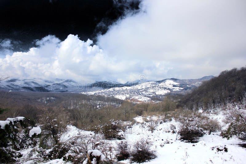 Neige et nuage et ciel foncé image libre de droits