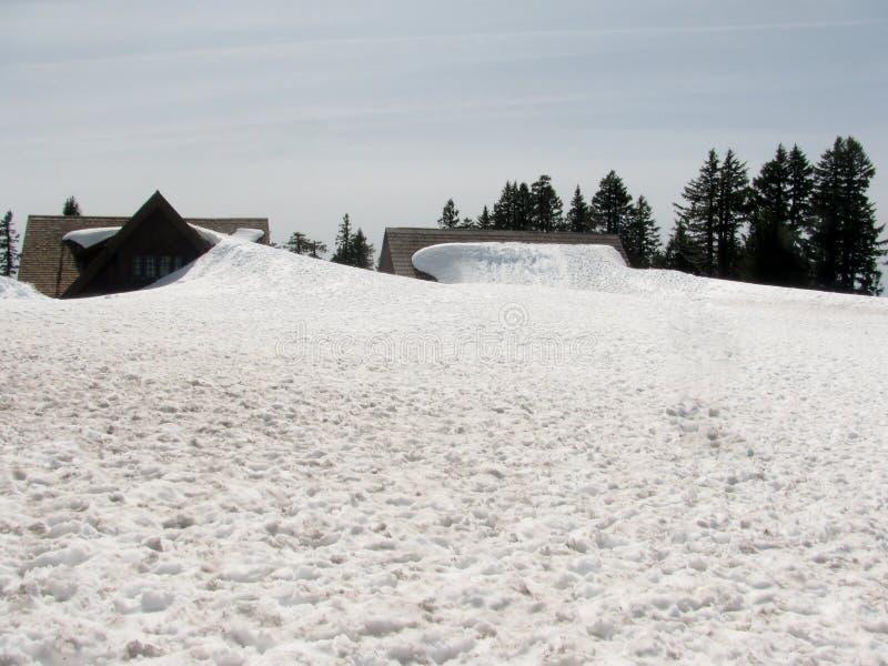 Neige jusqu'au toit images stock