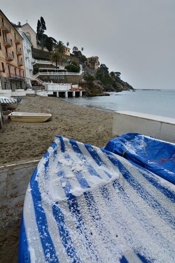 Neige légère sur les bateaux Baia del Silenzio Sestri Levante l'Italie Ligurie photos stock