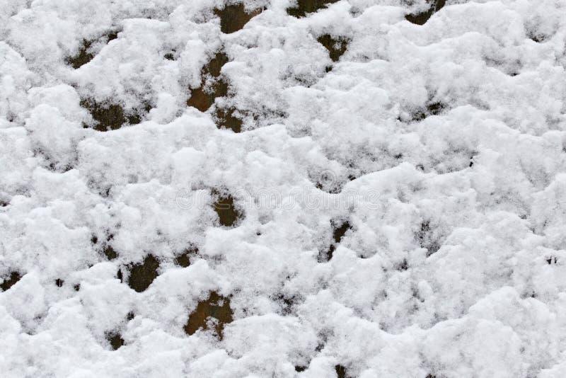Neige sur la barrière en bois comme contexte images stock