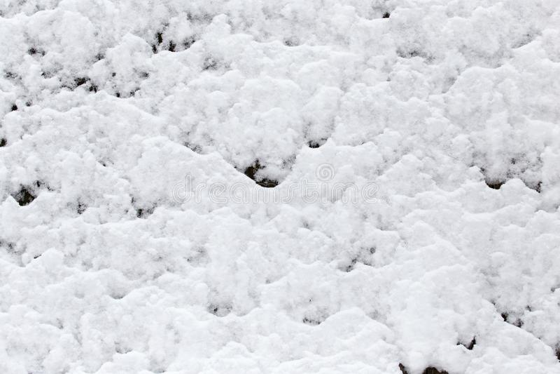 Neige sur la barrière en bois comme contexte images libres de droits
