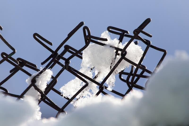 Neige sur la barrière Plan rapproché photographie stock
