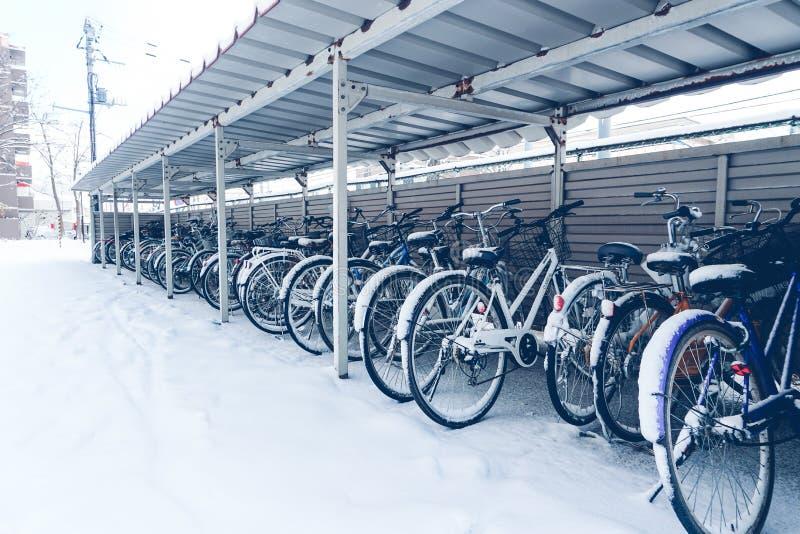 Neige sur la bicyclette images libres de droits