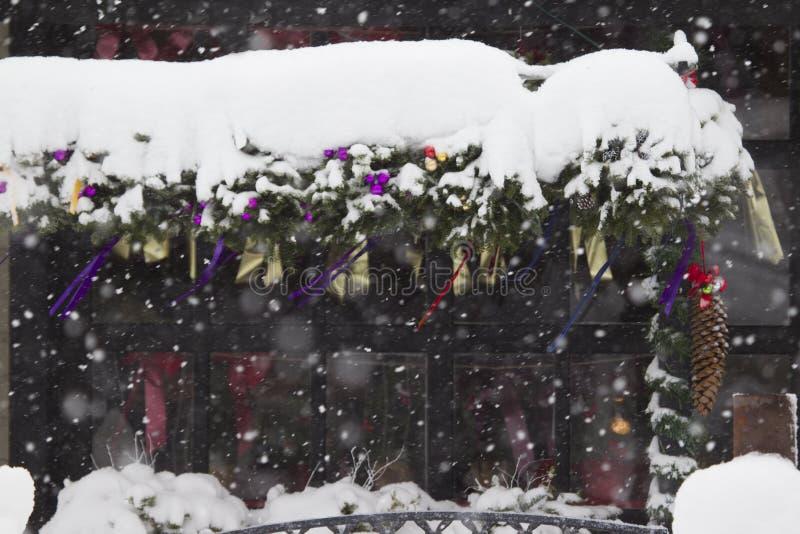 Neige sur la décoration de Noël photo stock