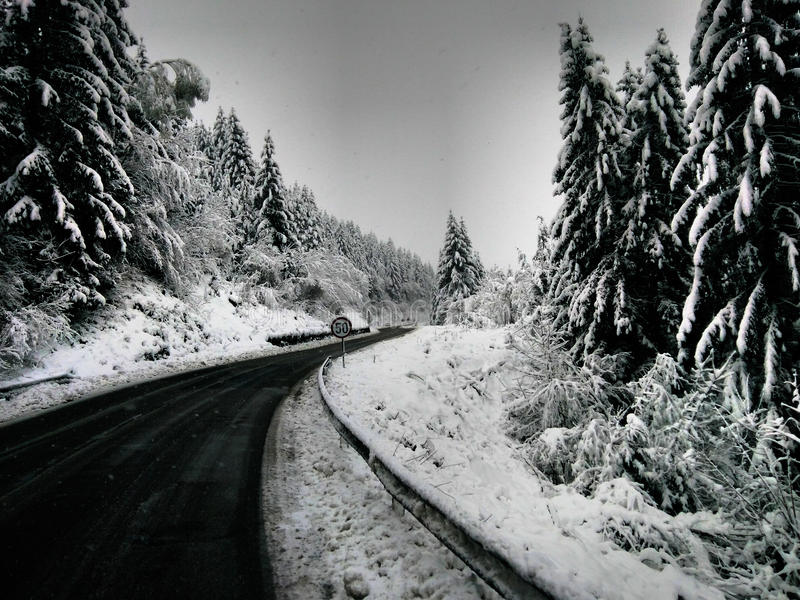 Neige sur la route image libre de droits