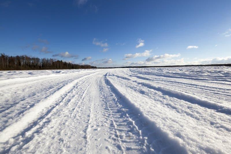 Neige sur la route, hiver photos libres de droits