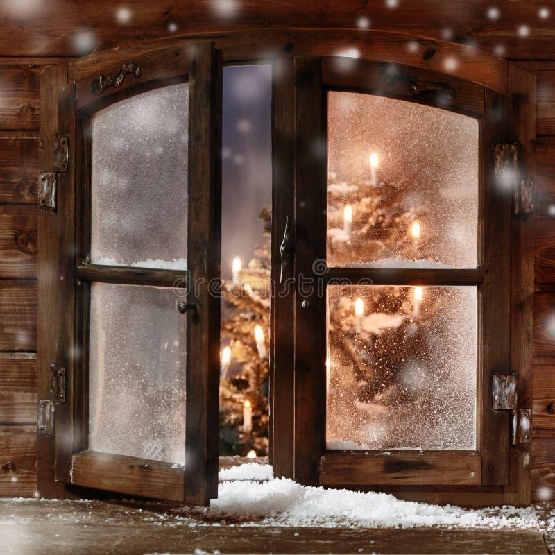 Neige sur le carreau de fenêtre en bois de Noël de vintage image stock