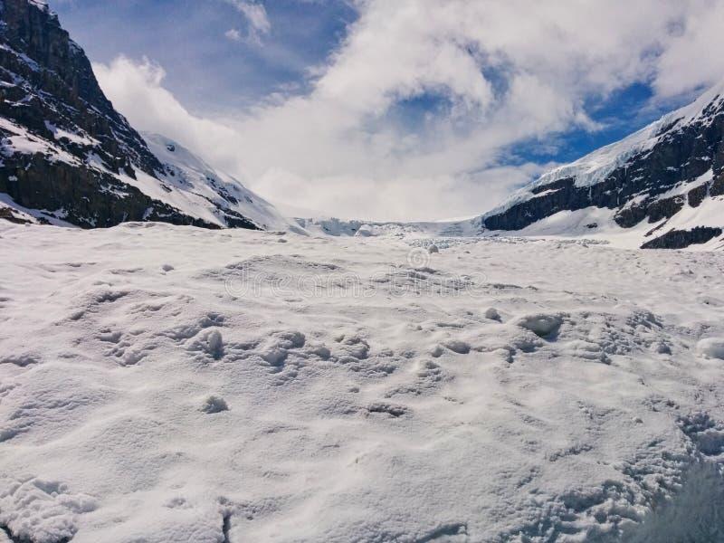 Neige sur le dessus de montagne image libre de droits