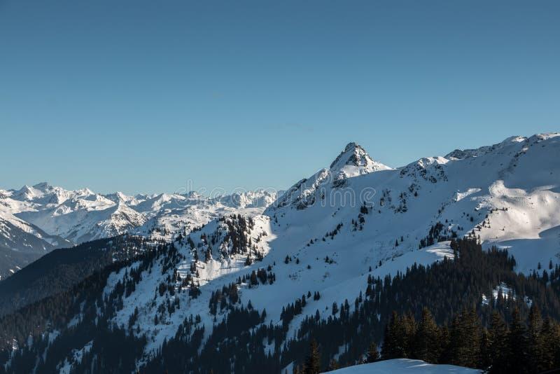 Neige sur le dessus des montagnes images stock