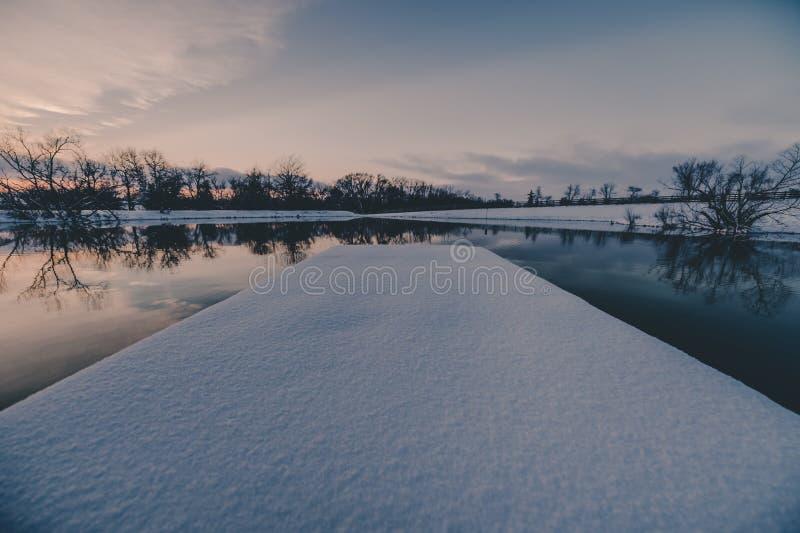 Neige sur le dock dans l'étang photos libres de droits