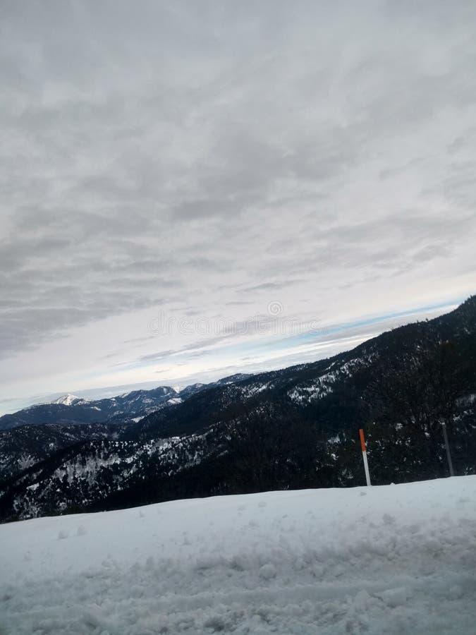 Neige sur le rebord de montagne photographie stock libre de droits