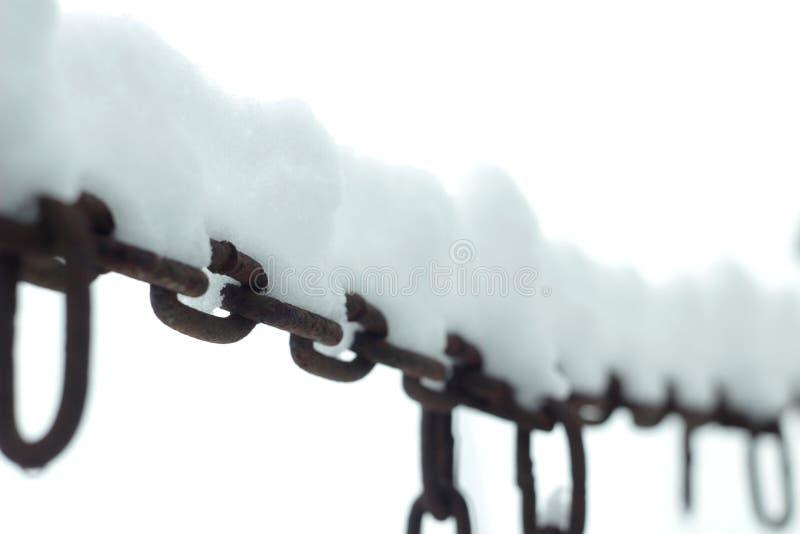 Neige sur les chaînes rouillées photos libres de droits