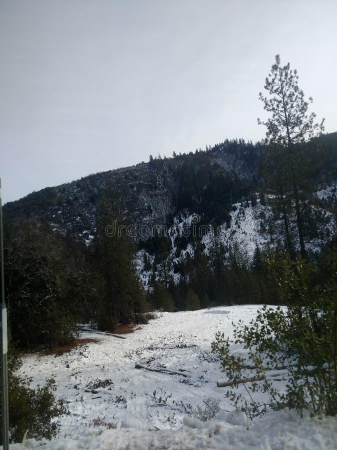 Neige sur les montagnes image libre de droits