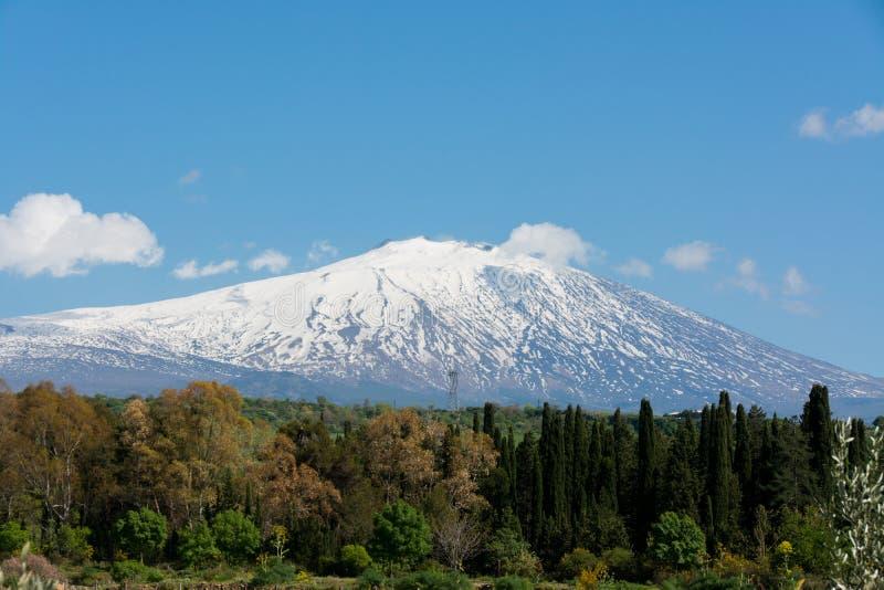 _neige sur montagne Etna, grand italien volcan, voir le plaine photographie stock
