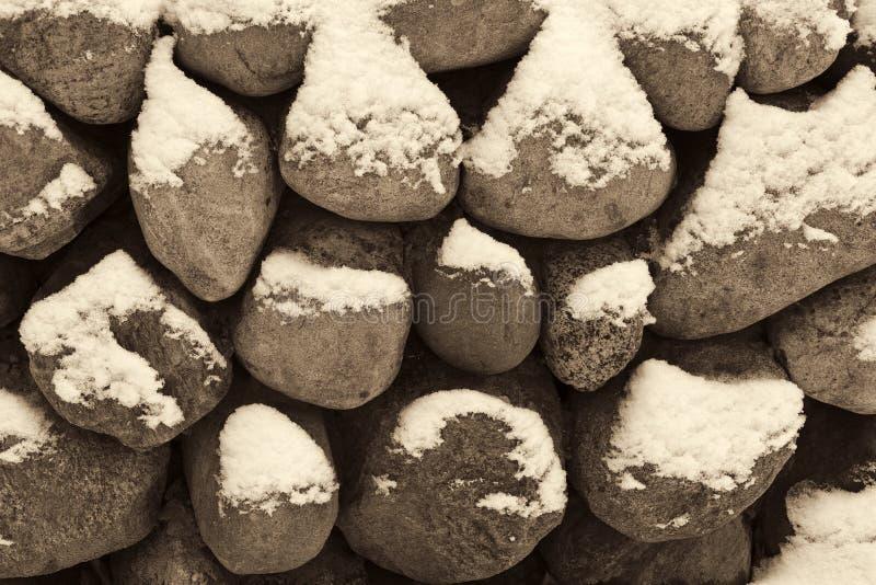 Neige sur une barrière en pierre photographie stock libre de droits