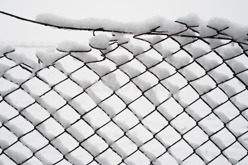 Neige sur une vieille barrière photos stock