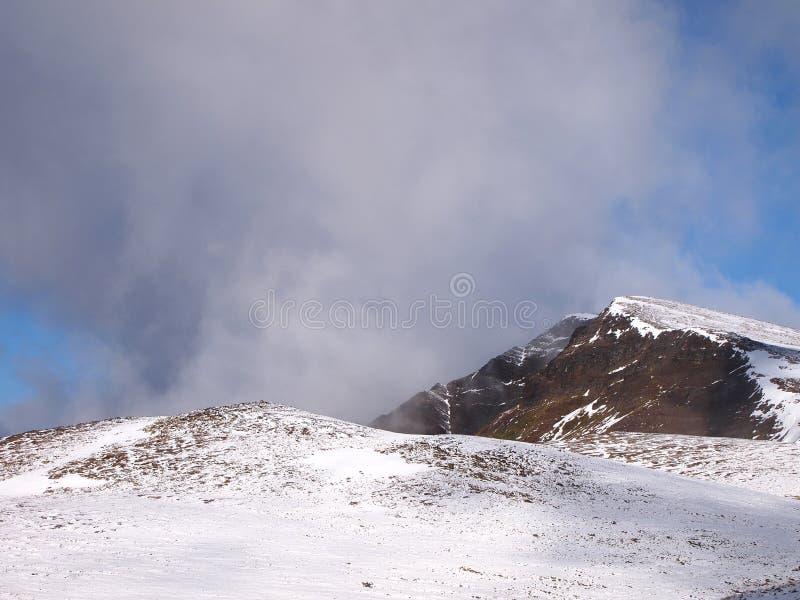 Neige tôt d'automne dans les montagnes de l'île de Navarino, province de Chilien Antarctique, Chili images libres de droits