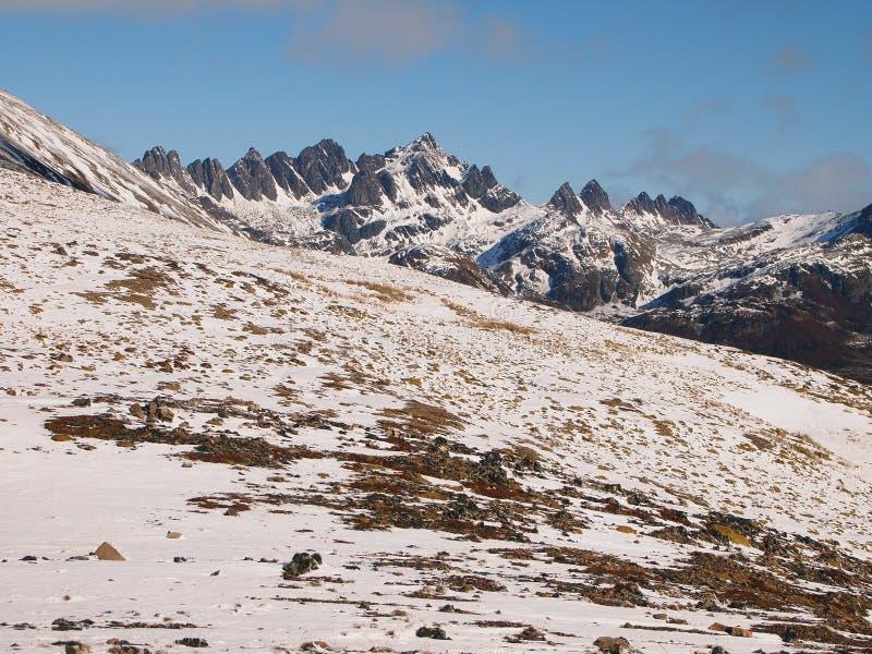 Neige tôt d'automne dans les montagnes de l'île de Navarino, province de Chilien Antarctique, Chili photographie stock libre de droits