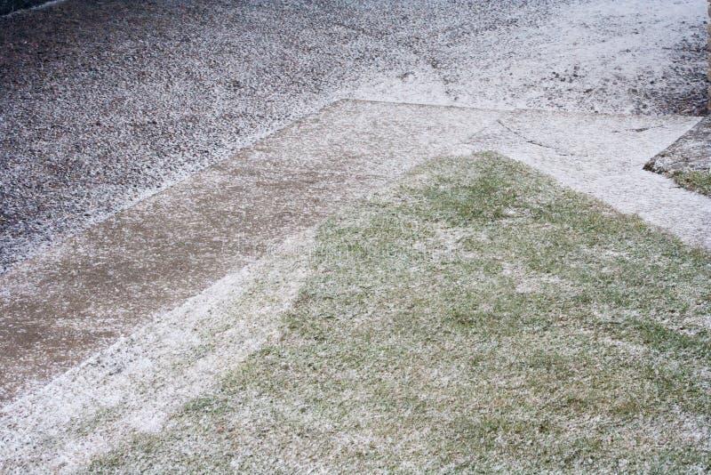 Neige tombant au printemps en avril et mai images stock