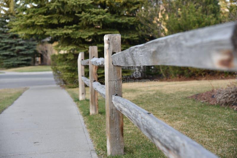 Neighbourhood ogrodzenie w wczesnej wiośnie zdjęcia royalty free