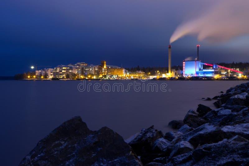 Neighbouthood e central energética no crepúsculo imagens de stock royalty free